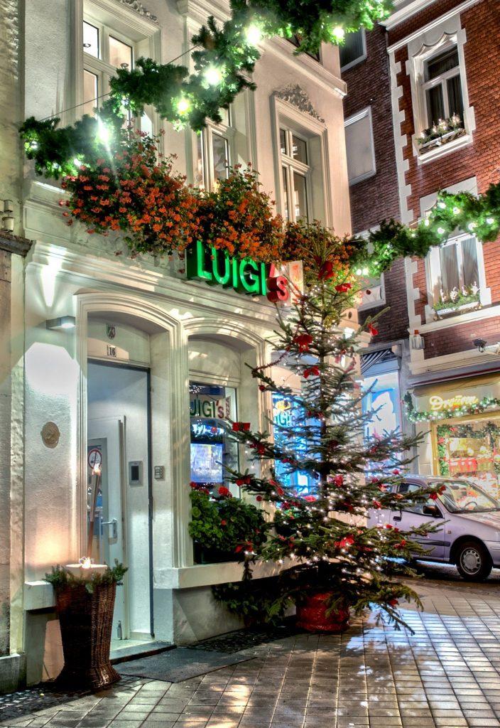 Weihnachtsbaum und Geranien wie in Italien, aber auch bei Luigi.